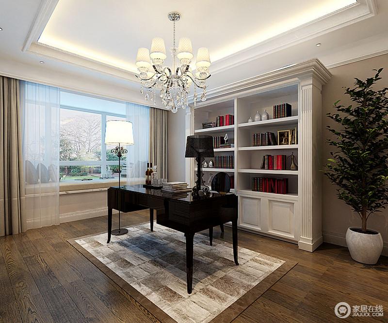书房以吊顶的简洁将灯带嵌入其中,同时搭配简欧水晶吊灯,裹挟出大气和华贵;古典巴洛克书柜因为造型赋予空间尊贵感,却不失收纳之能,黑色系书桌椅与之形成黑白对比,大气却不张扬;灰驼色的地毯、窗帘以中性色彩,给予空间和静。