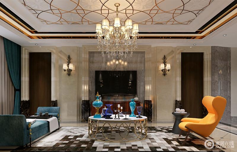 从天花到地面上,设计师运用了丰富的花纹和马赛克图案,使空间充满了奢华的格调;家具的搭配上,深邃的蓝、活力的橙黄、轻奢的金铜及时尚黑白,丰盈且时髦的组合搭配,客厅空间流露出的典贵感活泼抢眼。