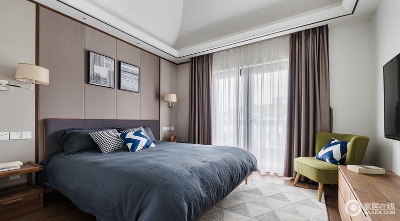 整体墙面没有做什么特殊的处理,以最基本的墙面漆配上具有不同格调的颜色,如灰驼色背景墙、灰蓝色床品、青柠色扶手椅,使空间色调和谐,温馨舒适。