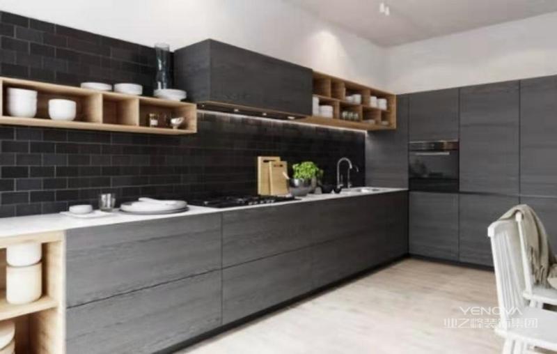 厨房定制了正面的柜体,哑光墙面和原木橱柜营造出时尚与温馨的感觉