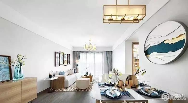 整个开放式的空间极具开放性,在简洁的基调上,利用现代和新中式风的家具、灯具及饰品装饰出新古之韵的雅宅。