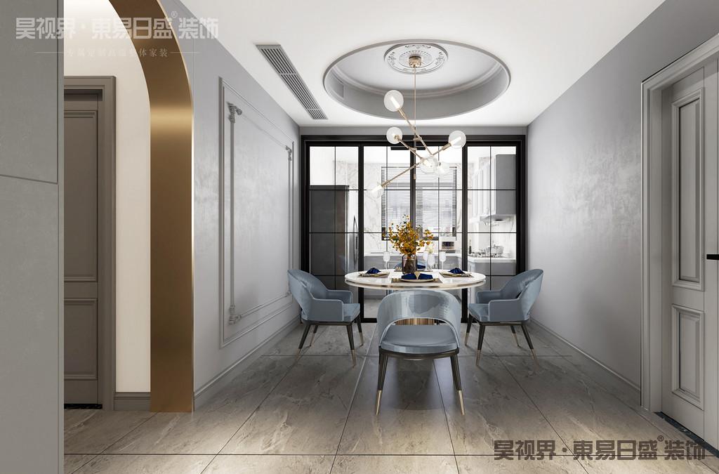 餐厅灰色的墙面搭配金属色的吊灯,起着点缀提亮的作用, 也增添了几分轻奢质感。