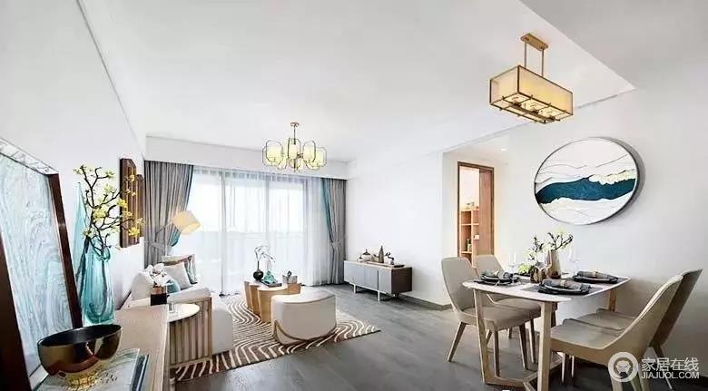 从餐厅方向看去,整个客厅干净明朗,优雅端庄;浅灰色墙面与白吊顶赋予空间更多的张力,缓解了灰木地板的深沉和暗调;白色沙发搭配极具设计感的家具,素静之中,尤为时尚,可以说,新中式的氛围里透着一股清韵。