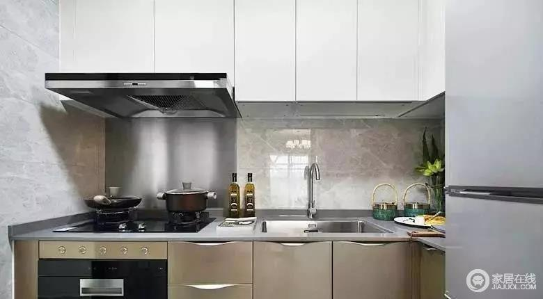 厨房的空间不大,白色、金色柜门的组合式橱柜,和灰色操作台面搭配,令整个空间色彩柔和,当然了,足以满足生活之用。