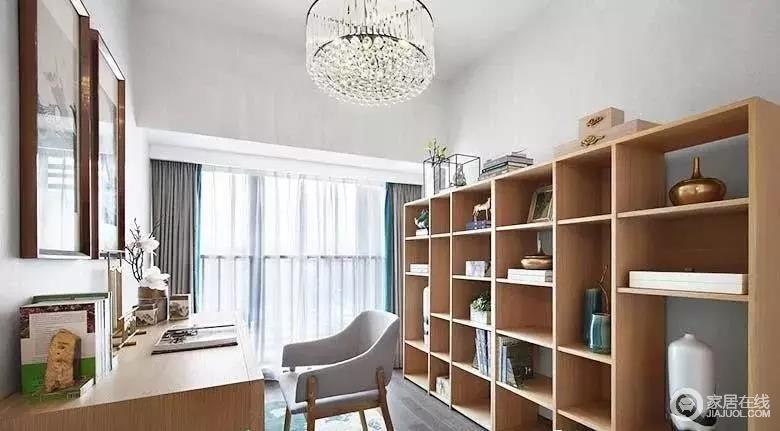 书房一整面墙的书柜上摆满了中式物件,自然而然就有了安静、文艺的氛围;灰蓝色拼接窗帘,搭配现代扶手椅,意境深远,和谐共生。