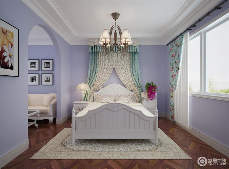 儿童房以紫色漆粉刷墙面,并因为拱形门框结构而营造出唯美和浪漫;从休闲室到休息区以功能分明的设计尽显大气,而白色木床和家具的轻美式设计,因为碎花床幔、窗帘带来一股田园清和。