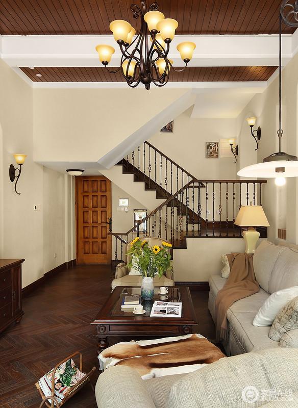 从客厅的另一个角度看去,墙体和楼梯的曲线设计尽显结构动感,同时,让空间有效衔接;褐色木地板的厚重因为米色漆的原因,有了层次感,美式家具组合实用而得体,尽显质感。