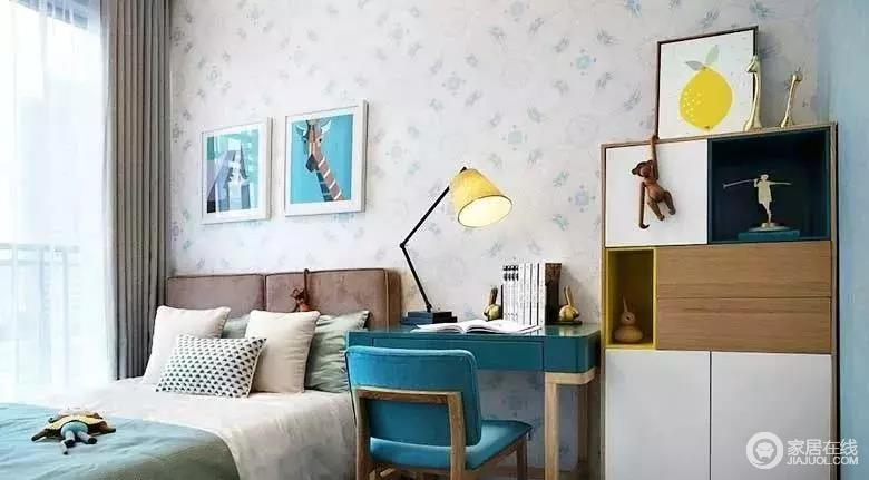 儿童房延续了主卧的色调搭配,色彩清浅的壁纸提升空间的简洁,活跃自然;卡通装饰画与蓝色系成套桌椅赋予空间沉静,力求让孩子能够享受学习时光;而床品的选择上则以柔和的色系为主,意在打造一种温馨和舒适感。