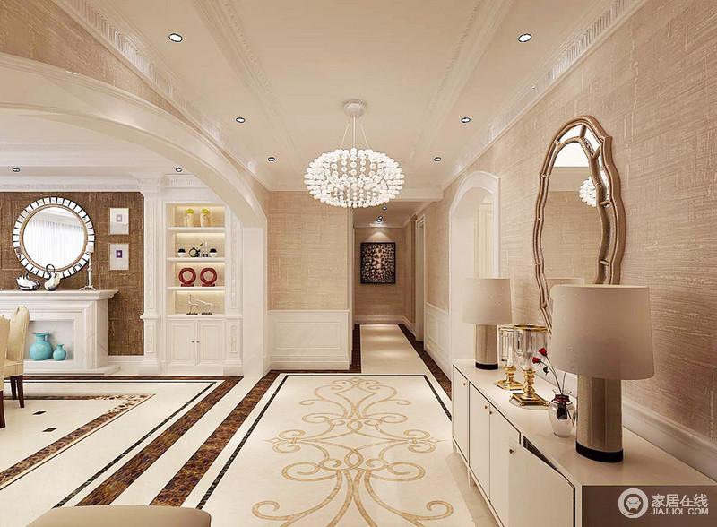 走廊以驼色壁纸渲染了和暖朴质,拼画砖的复古之雅,在球状吊顶的照耀下,愈发精致;白色边柜上的台灯、墙上的黄铜镜子和水晶杯讲述生活的格调,给人温质与和静。