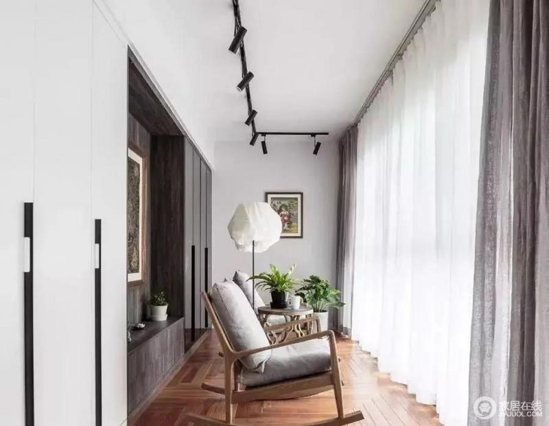 靠墙做了柜子和一个小台面,放点装饰物搭配很不错;木质地板、绿植、摇椅、充满浪漫色彩的白纱,想想就惬意的小地方