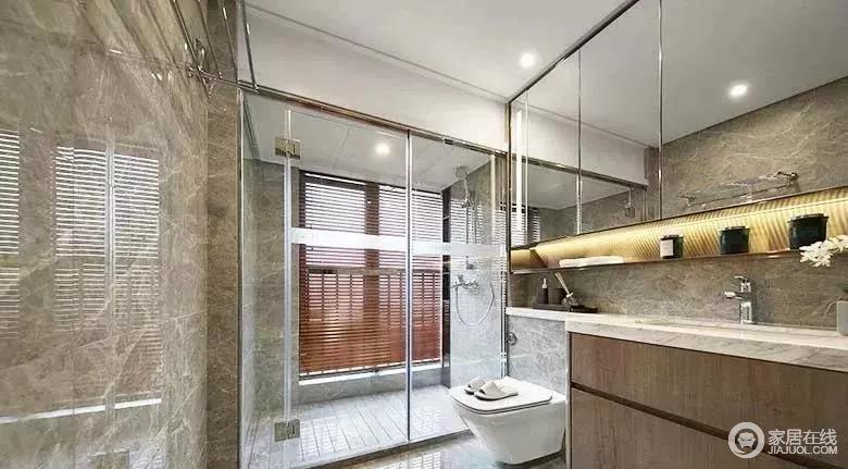 卫生间有个大窗户,自然增加了空间的采光,玻璃门隔开干湿区,更为实用;洗漱台上方布置了整面镜柜不仅可以收纳,还带来视觉增大空间的效果。