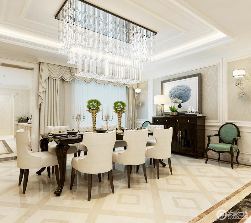 餐厅因为挑高显得十分宽阔,玻璃吊顶增加了空间的采光,与矩形吊顶形成矩形立体,并因为水晶灯一泻而下的璀璨,更为华丽;回字纹地砖以菱形方式铺贴出了几何另类,法式窗帘搭配新古典餐椅,十人典雅,黑色实木家具、绿色单椅和挂画等组合,让空间更为尊贵。