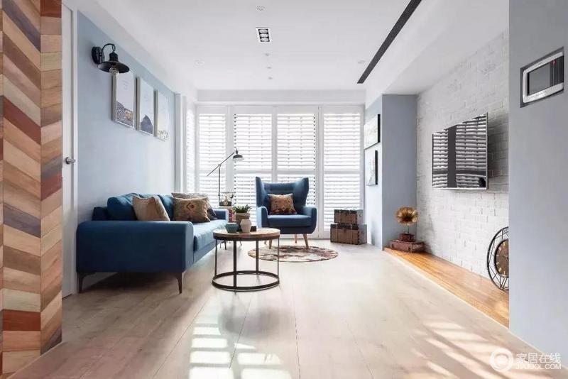 客厅简单宽敞,没有过多的家具,墙面也无过多装饰,看起来干净明朗,一面墙的落地窗使得光线十分充足。