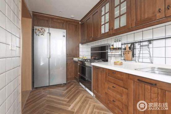 一进门先看到的餐厨区域,餐桌橱柜全部采用原木色,朴素而得体;厨房的谷仓门让这两个空间风格达到统一,文艺又温馨,橱柜以功能设计,让生活格外舒适。