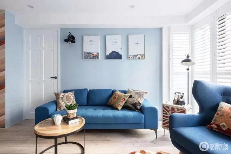 客厅靛蓝色的沙发与青蓝色的墙面,和谐却对比鲜明,给视觉上极致的享受,带来一种清新。