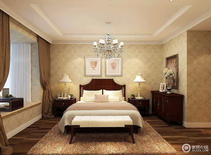 卧室以青黄色复古壁纸铺贴墙面,与褐色实木地板,打造美式的沉稳,美式家具和台灯对称而置,和谐中更是带来舒适感。