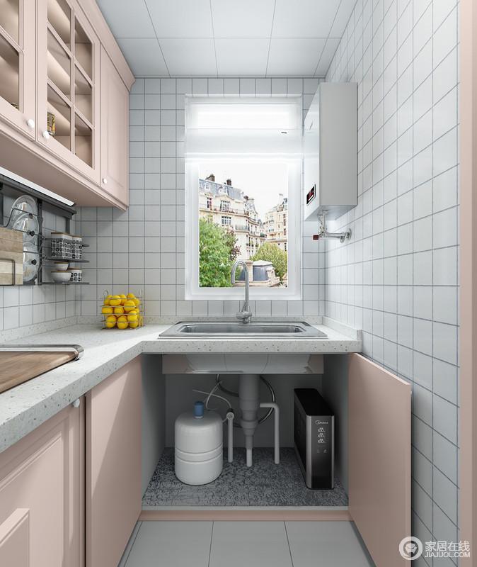合理的厨柜设计才能让空间得到充分的利用,水槽下方的厨柜既实现了美观,锡箔纸可以很好的解决厨柜的潮湿问题,宽敞地空间也为净水器摆放做了预留。