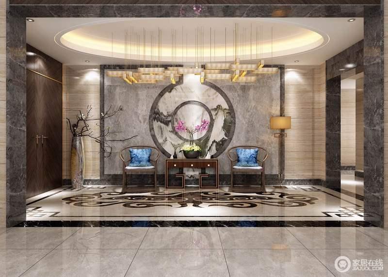 设计师对整体空间的布局进行了有针对性的规划,圆形穹顶内嵌地灯带与黄铜吊灯让空间璀璨辉煌;木纹砖与灰色大理石墙的东方墨韵,素雅之中,裹挟着新中式圈椅和边柜,渲染和表达着东方之魂,中国式图腾令地面繁简之中,平衡着中式博雅大气。