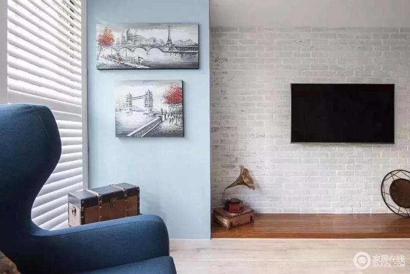 电视背景墙以文化砖打造,再无过多装饰,有一种古朴的质感,有种朴质。