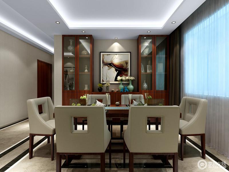 造型别致的灰绿色餐椅与木质高柜相结合,凝练出现代与传统的相融相生;各式陶瓷摆件及器皿青翠中釉色纯良,为餐厅的文艺风注入了明媚的活色。