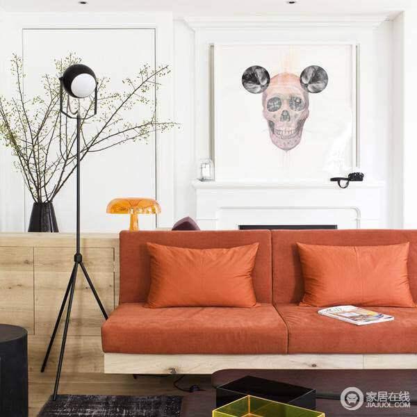 客厅橘色沙发空间感很强。