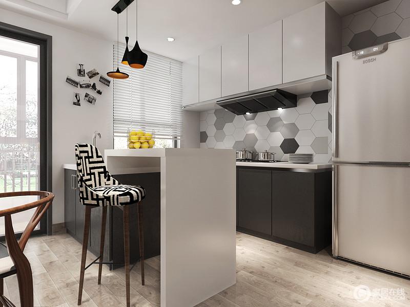 因为生活需求不同,设计师并没有将厨房做大面积规划,而是以开放式格局为主,增加吧台与餐厅区分,做到了精小实用;橱柜用深灰和白色来搭配,加上灶台部分的六角砖,简单的色调,一下就提高了空间造型美;黑白线条高脚凳和黄铜铁艺吊灯点缀出前卫,更显不凡。