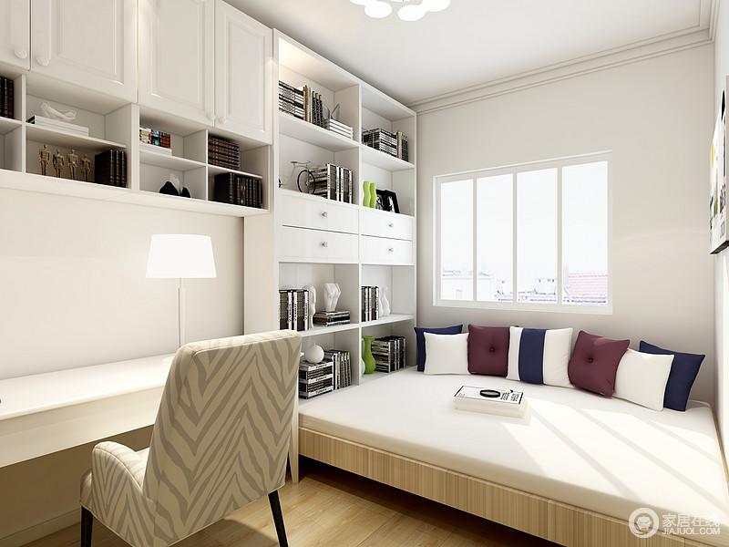 书桌连接落在榻榻米上的书柜让L形的书桌塔塔米成为了一体,纯白色的柜体穿插一些木色元素,让阳光投射进来不需要灯光整个空间变得很明亮。