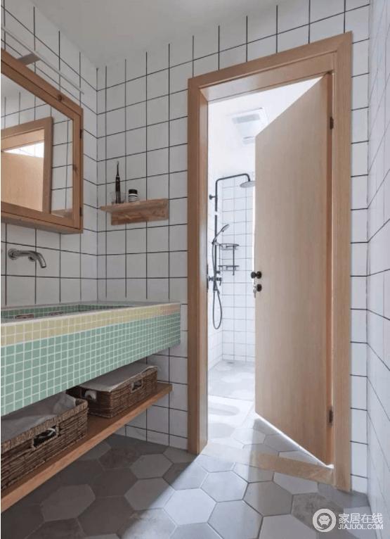 卫生间的洗手台用黄+绿的马赛克砌成 ,与墙面的百砖演绎几何之美,让这个空间不单调,且保持清新自然与整体风格统一。