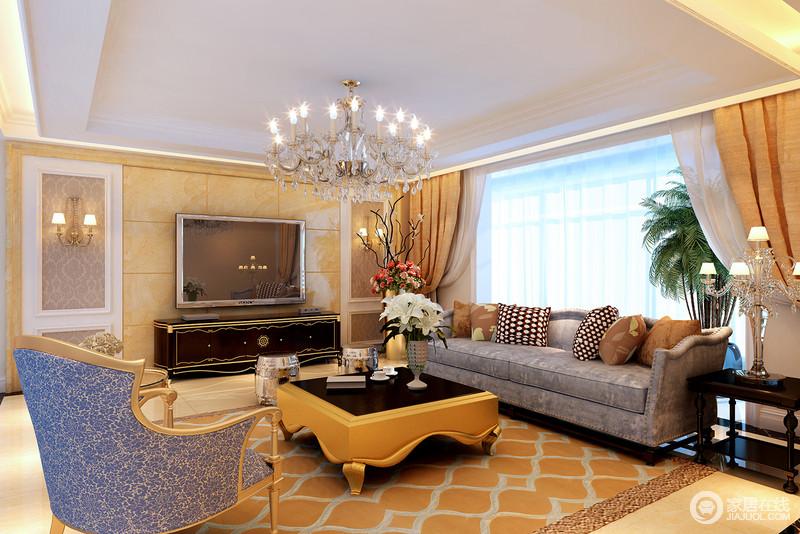 客厅的欧式水晶灯填补了吊顶的单调,与几何背景墙上的壁灯,张扬金色光芒之美;古典风的沙发组合以蓝色与黄色茶几搭配,再加上橙色窗帘和地毯的陪衬,表达着奢华雍容,也给人视觉上的享受。