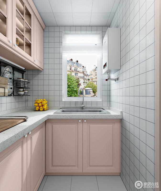 橱柜的小方砖让墙面多了一种几何的时尚,淡粉色橱柜既具有收纳,又让空间具有美学价值。