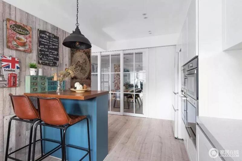 厨房面积很大,白色推拉格栅门解决了油烟的问题,更独立;靠墙打造了一个吧台,很有情调,墙面上的装饰画复古的感觉,与美式仿旧灯传递出岁月的痕迹。
