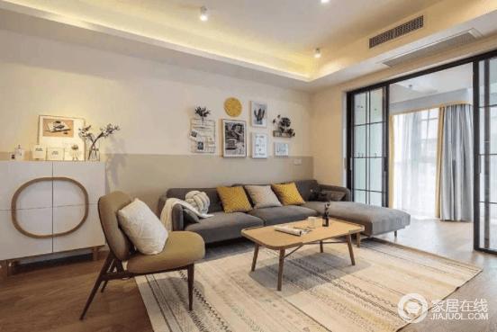 客厅线索利落,墙上的组合装饰画,搭配深灰色布艺沙发,减除了原本的沉闷;灰白色编织地毯搭配木茶几与草绿色的单椅,简约之余,多了生活的舒适。