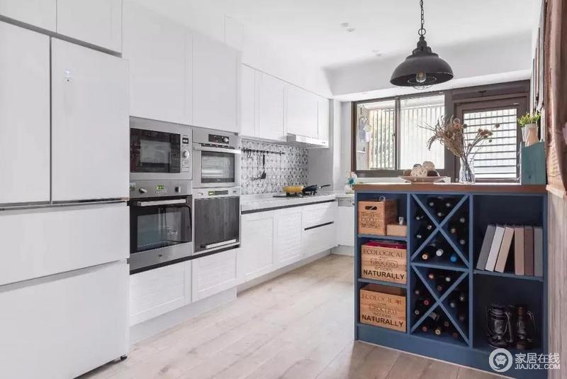 吧台下面是收纳空间,X格子间的酒柜带来生活的趣意与品质,正方形格子间则可以用来放收纳盒等等,实用美观。
