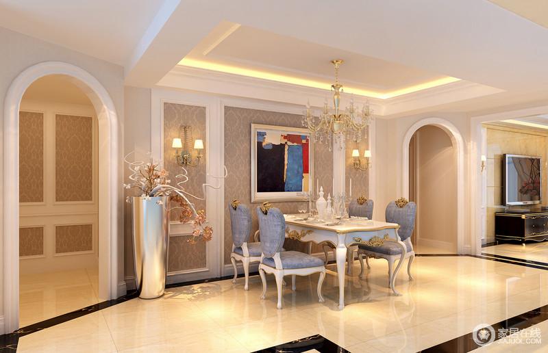 """餐厅的建筑设计可谓""""多样"""",矩形的吊顶搭配拱形门框,让空间平整而圆润,多了结构美学;米色地砖因为暖光的原因,也显得十分温暖,搭配金属灯饰和镶金桌椅,渲染空间的欧式轻华,满是贵气。"""