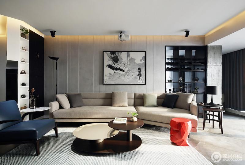 客厅的沙发背景墙以水泥灰装饰,搭配黑白灰三色抽象挂画,尤为冷淡内敛,而米色沙发搭配灰蓝条纹地毯,平衡出空间的素静;实木圆几错落别致、红色人头坐凳、藏蓝色扶手单人沙发,无疑不张扬艺术对空间的感染力;再加上收纳架将生活的气息铺散在空间,让原本厚重的实木家具也具有了不一样的味道。
