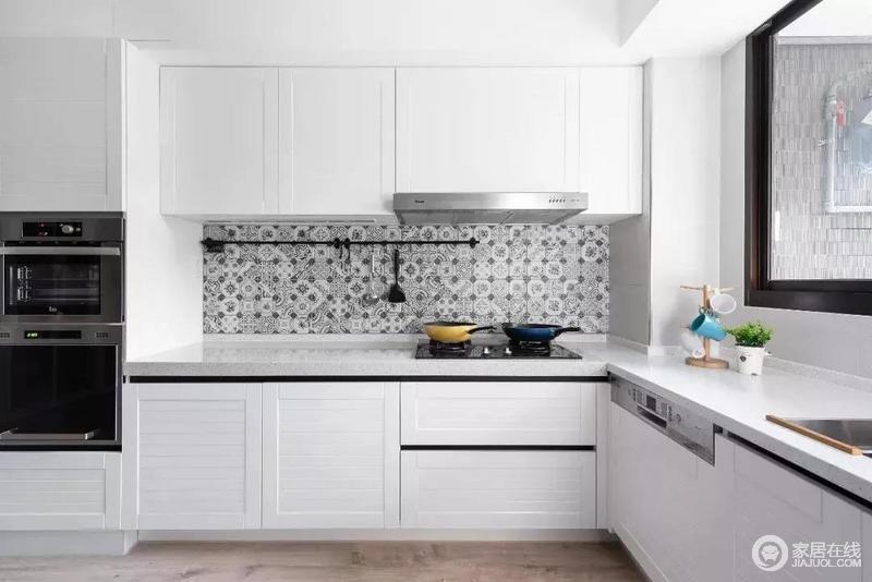 L型厨房是清一色的白色橱柜,大方耐看,烹饪区的墙面上贴了些黑白花砖,丰富了色彩,也起到了区分作用,简洁之中,显得更为利落。