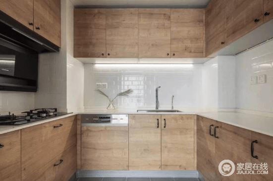 厨房则是简单的木纹柜门,储物空间充足,吊柜下设置了操作灯,照明更人性化,搭配白色瓷砖墙,让空间不仅利落,而且具有自然质朴。