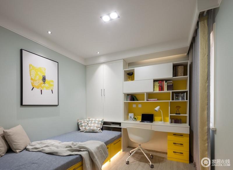 儿童房的设计整体以活泼为主,因为可以弥补次卧采光较差的情况,榻榻米的设计让空间的储物和使用最大化,黄白相间的书柜让原本的空间更为和暖。