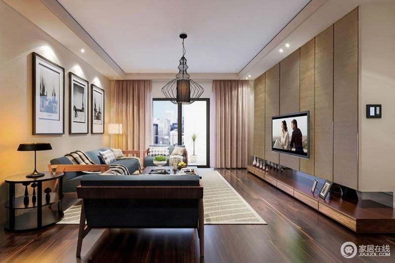 """客厅的背景墙以原木柜嵌入墙体的方式,增加实用性,又让立面以线性之美,凸显利落和平整,可谓""""一举两得"""";米色墙面搭配褐棕色木地板,层次之中,方显稳重;蓝色实木沙发组合搭配黑白挂画自显大气,而新中式吊灯平衡空间的艺术气息,增加了不少灵动。"""