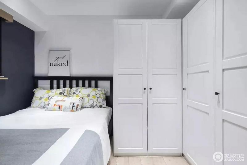 次卧的面积小一些,摆上床和L型衣柜,空间显得有些紧凑,单却足够实用。