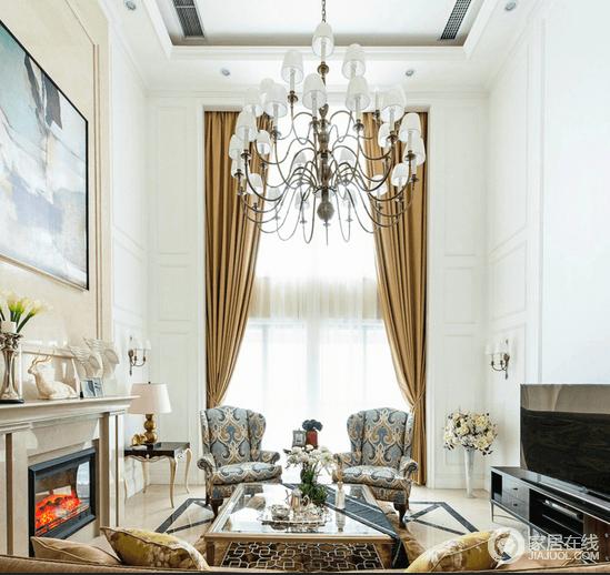 细长的窗户悬挂着土黄色的窗帘犹如灿灿的秋天窈窕淑女在对视走秀,蓝色雅致的花纹单人沙发椅为客厅添置几分隽永;一家人围坐在壁炉旁是最暖的时刻了。