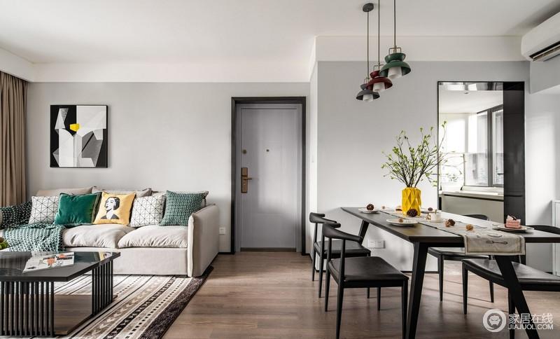 开放式的客餐厅,增大了空间是觉效果,让空间更加开阔,原木地板让空间朴质了不少。