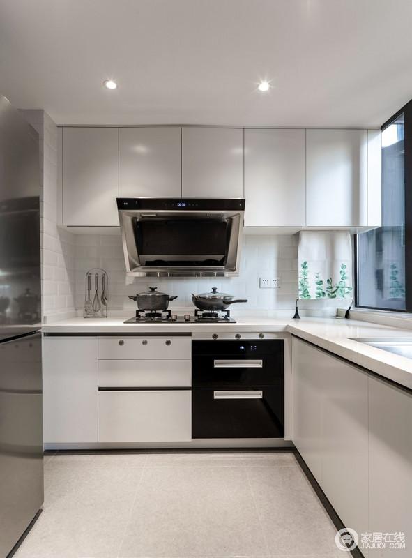 厨房墙用面包砖,橱柜的黑色线条更显利落,煤气表用北欧款挂旗遮挡,白色的整体橱柜增加了整洁度。