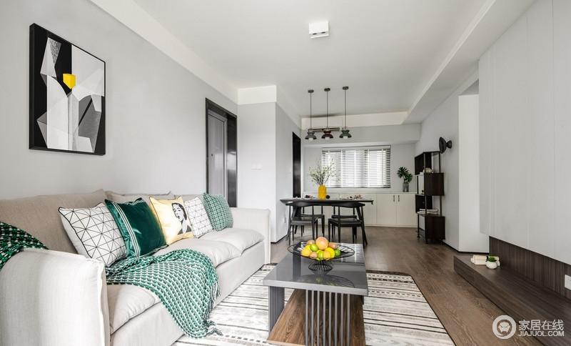沙发背景墙使用暗纹海吉布,表面上灰色乳胶漆却与地毯构成动静之美。绿色靠垫与黑色茶几,给生活带来一种宁静般的雅致。