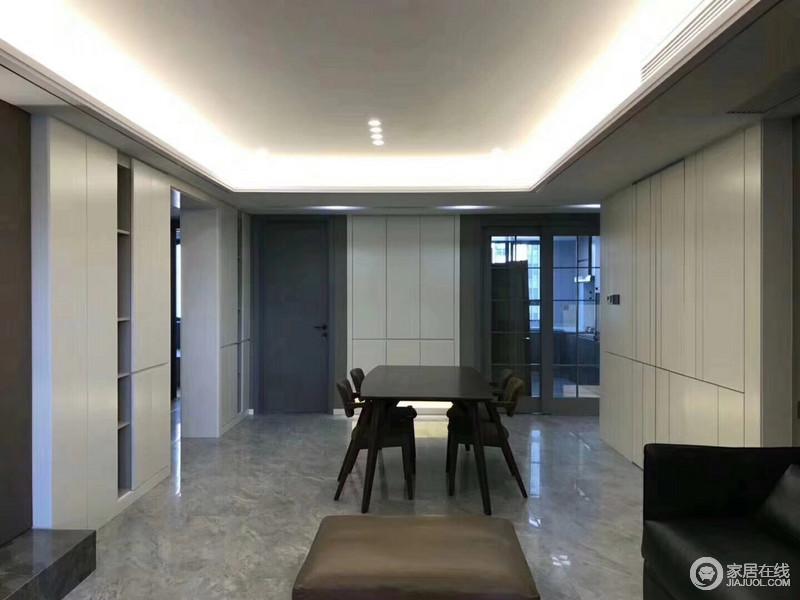 设计师用壁面柜将所有的置物收纳功能,全部上墙,丝毫不占用太多餐厅空间,使背景墙既有装饰感,又具有强收纳性;色调浓郁的餐桌椅,简约利落营造就餐环境。