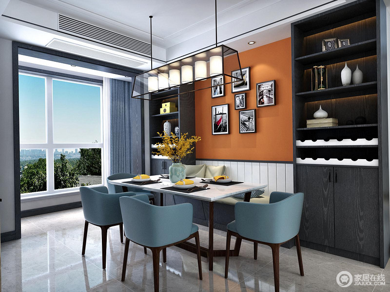 餐厅卡座的设计极大地节省了空间,爱马仕橙搭配蓝色座椅,格外奢华和时尚;卡座两侧的黑色收纳柜因为摆设和器物的原因,多了生活的情趣;烛台吊灯与照片绽放着不一样的艺术之光,却让空间与众不同。