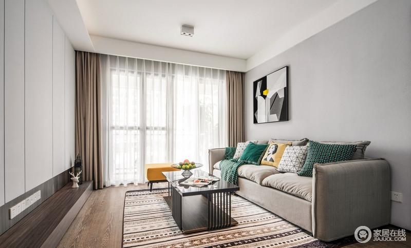 浅灰色系的沙发,搭配彩色花纹的地板,彩色的抱枕,简洁而不单调,素雅之余,增添了清新和明媚。