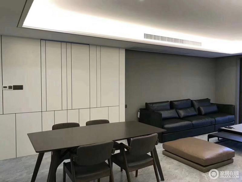 餐厅背景墙内嵌的米白壁面柜,丰富的线条演绎颇具灵动时尚感;而客厅的沙发则选用沉稳的黑色,使轻盈与厚重质感对比,彰显出空间的腔调来。