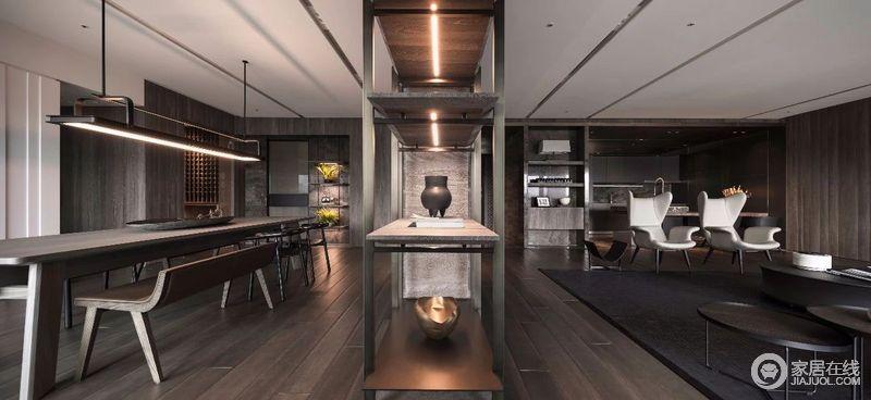 突显出了客户对美的追求,为业主设计适合现代人居住的空间,在客餐厅之间通过展陈区起到调节,让空间具有美学意蕴;餐厅实木的家具与地板构成一种简洁的氛围,却不失一种古朴。