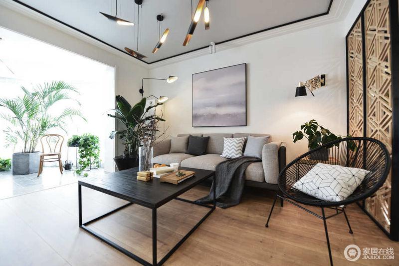 宽敞的阳台上,放置着的各种绿植为客厅空间带入清新自然气息;柔和的灰色布艺沙发与黑色四方茶几及圆椅,组成层次感;背景镂空隔断,平添几分典雅。